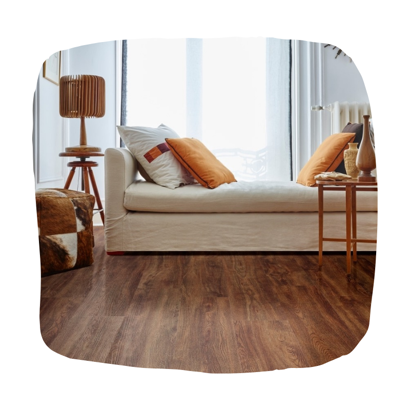 Woonkamer herfstkleuren oranje en houtlook vloer